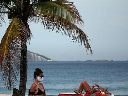 Banhistas usam máscara de proteção na orla de Ipanema, no Rio de Janeiro, em 22 de maio.