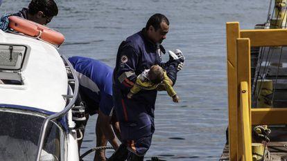Bombeiro resgata uma criança após naufrágio na Baía de Todos os Santos