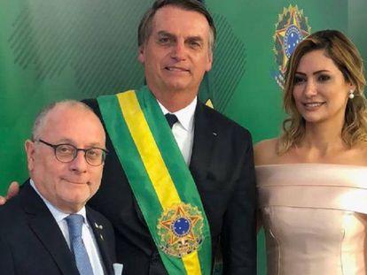 O presidente do Brasil, Jair Bolsonaro, e a primeira-dama, Michelle Bolsonaro, junto ao chanceler argentino, Jorge Faurie, na terça-feira em Brasília.