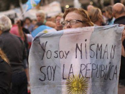 Manifestante em protesto contra a morte do promotor.