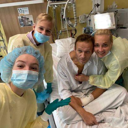 Alexei Navalni em foto publicada em seu Instagram de um hospital de Berlim.