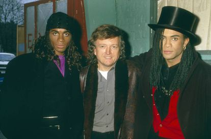 O produtor e criador de Milli Vanilli Frank Farian (centro) com Fab Morvan (esquerda) e Pilatus em 1988.