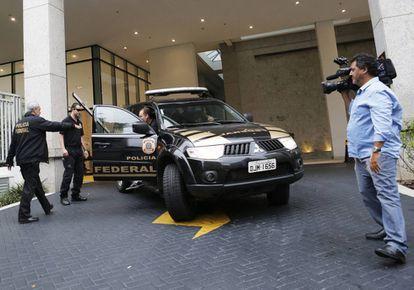 A Polícia Federal sai da sede da Camargo Corrêa em São Paulo (Brasil) em novembro de 2014 depois de uma revista no âmbito da operação 'Lava Jato'.