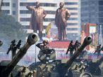 Fileira após fileira de soldados e colunas de tanques desfilaram antes de dar lugar a uma multidão de norte-coreanos festivos agitando bandeiras e flores.