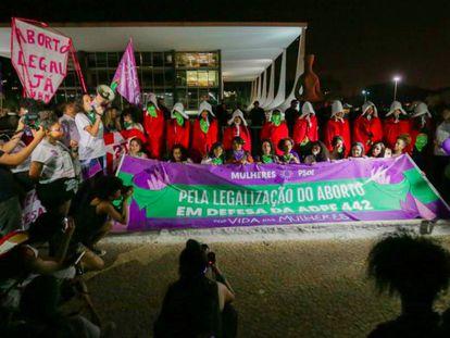Ativistas fazem ato em defesa da descriminalização do aborto em frente ao STF.