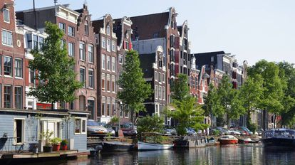 Casas em Amsterdã junto a um canal.