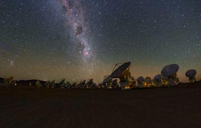 As antenas do telescópio ALMA, no deserto de Atacama (Chile).