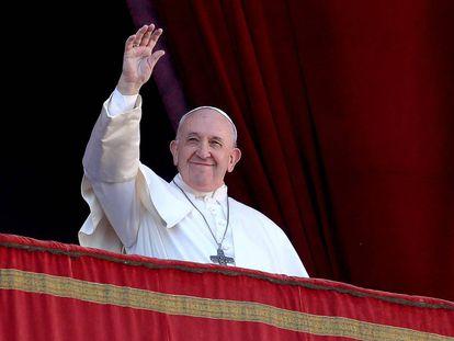 Saudação do papa Francisco de uma sacada do Vaticano nesta quarta-feira.