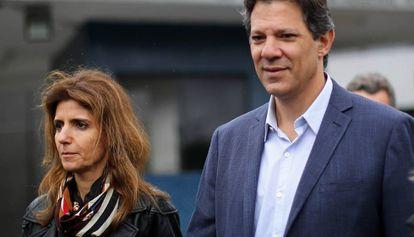 Haddad e sua mulher, Ana Estela, após visitarem Lula na cadeia.