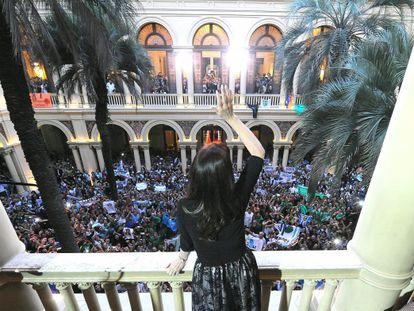 Crsitina Kirchner acena na Casa Rosada.