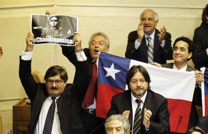 Deputados celebram a aprovação da reforma.