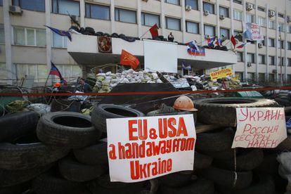 Barricada em frente à Prefeitura de Mariupol.