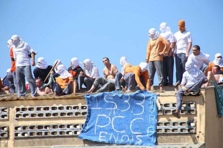 Detentos rebelados na penitenciária de Cascavel, no Paraná.