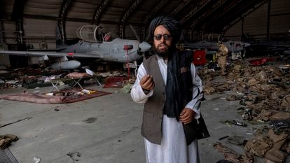 Um talibã mostra parte do material norte-americano deixado no aeroporto de Cabul. Em vídeo, vista do aeroporto da capital afegã.
