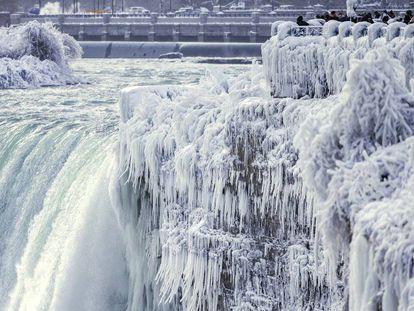 Paisagem congelada nas cataratas do Niágara (Ontário) depois das baixas temperaturas e fortes nevascas.