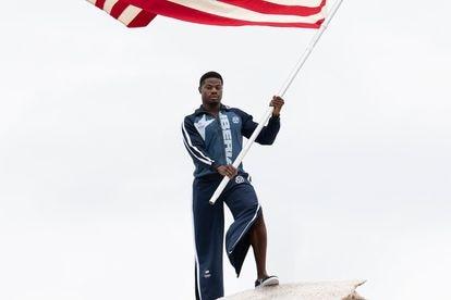 O velocista Emmanuel Matadi com o uniforme olímpico da Libéria.