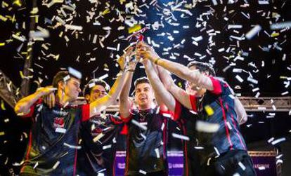 O Baskonia de 'League of Legends' ergue o troféu de campeão da liga espanhola.