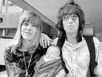 Anita Pallenberg y Keith Richards el 18 de agosto de 1969 saliendo de un hospital de Londres tras el nacimiento de su hijo Marlon.