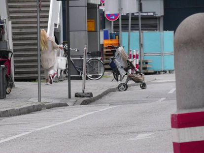 Captura de video mostra uma mulher correndo do shopping Olympia depois do tiroteio de Munique, Alemanha.