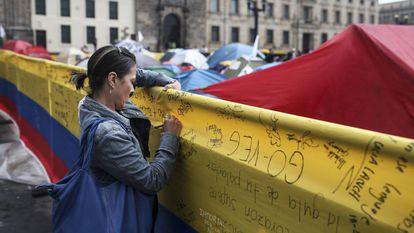 Mulher escreve em apoio ao acordo de paz.