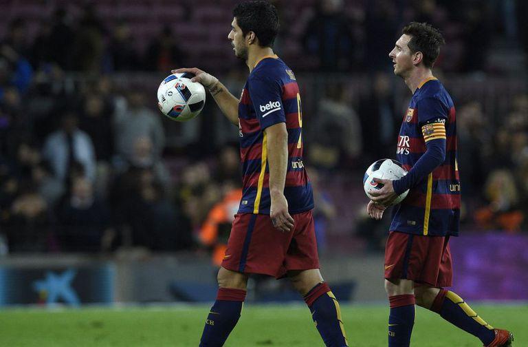 Suárez e Messi levaram as bolas do jogo para casa.