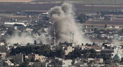 Bombardeio na cidade do Ras al Ain, nesta terça-feira, visto da fronteira turca.