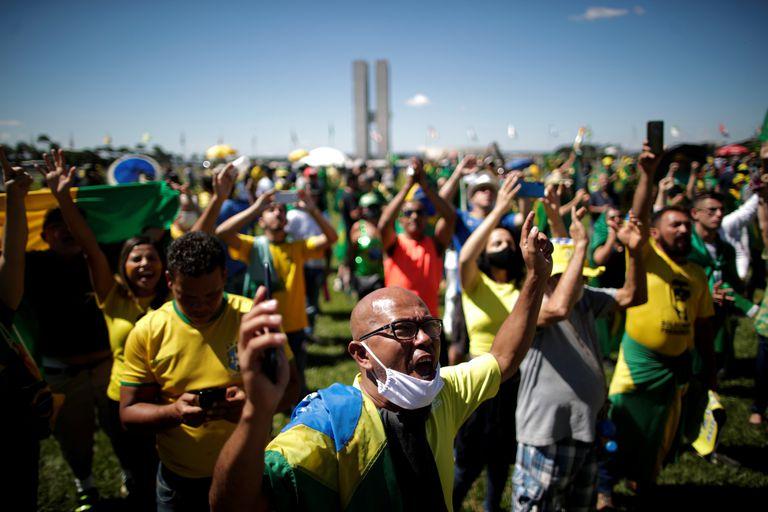 Apoiadores de Bolsonaro participam de um protesto durante uma carreata contra o presidente da Câmara dos Deputados Rodrigo Maia, a quarentena e as medidas de distanciamento social, em meio ao surto do novo coronavírus, em Brasília.