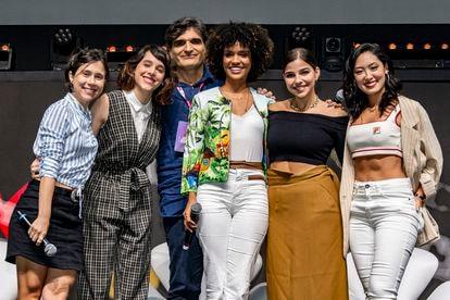 O roteirista e cineasta Cao Hamburger, criador de 'As Five', e as protagonistas da série, de esquerda à direita: Daphne Bozaski, Manoela Aliperti, Heslaine Vieira, Gabriela Medvedovski e Ana Hikari.