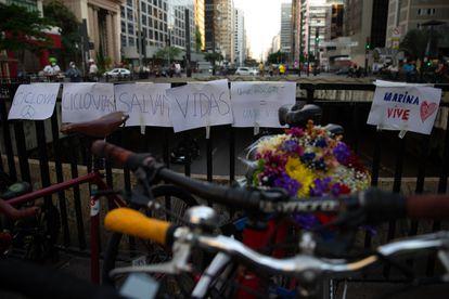 Manifestação de ciclistas homenageia Marina Harkot, atropelada e morta por José Maria da Costa Júnior, que fugiu sem prestar socorro.