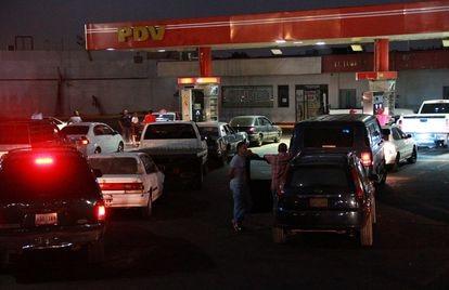Venezulanos sem gasolina pelo colapso da indústria petroleira em dezembro de 2019 na cidade de Maracaibo, Venezuela.