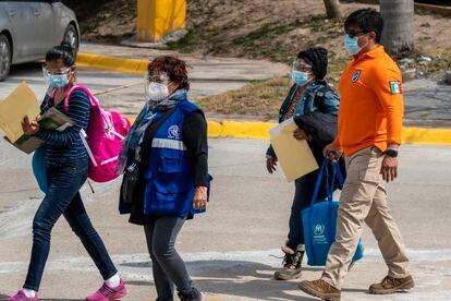 Onelia Alonso cruza a ponte fronteiriça acompanhada de funcionários do Instituto Nacional de Imigração mexicano e das Nações Unidas.