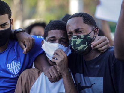 Dois jovens choram no enterro de João Pedro Matos Pinto, em São Gonçalo, no Río de Janeiro.