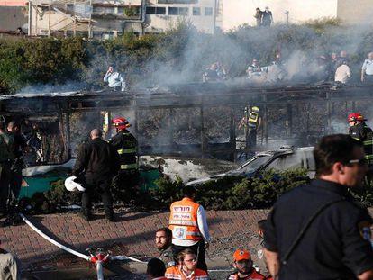 Forças de segurança e dos serviços de emergências israelenses, em frente ao ônibus que nesta segunda-feira explodiu em Jerusalém. / FOTO: THOMAS COEX (AFP) / VÍDEO: REUTERS-LIVE
