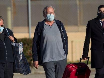 Carlos García Juliá deixa a penitenciária de Soto del Real, na região de Madri, nesta quinta-feira.