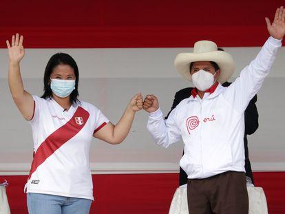 Os candidatos peruanos Pedro Castillo e Keiko Fujimori na praça de Armas, neste sábado, em Chota (Peru), um povoado a 960 quilômetros de Lima.