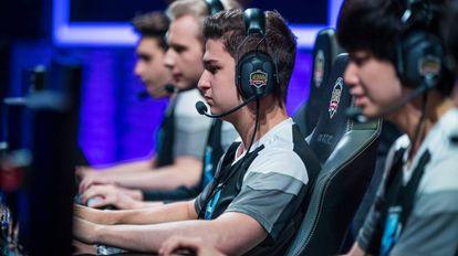 Jogadores profissionais da 'League of Legends' participam de competição da liga europeia.