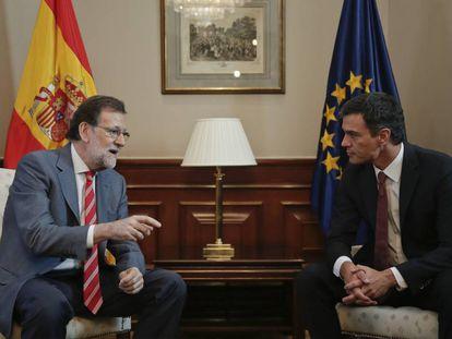 Mariano Rajoy e Pedro Sánchez, durante a reunião no Congresso em 13 de julho.
