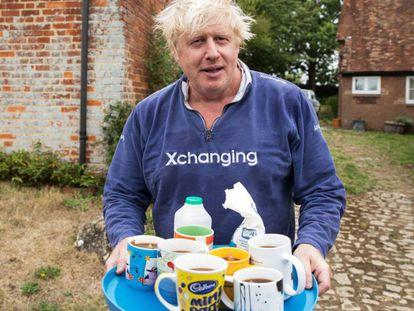 Boris Johnson oferece chá a jornalistas no jardim de sua casa.