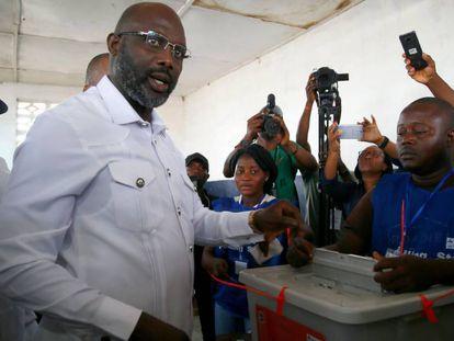 O ex-jogador de futebol George Weah vota no segundo turno das eleições presidenciais em Monrovia, na terça-feira