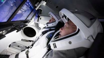 A tripulação do 'Dragon Crew', na cabine da cápsula durante um teste.