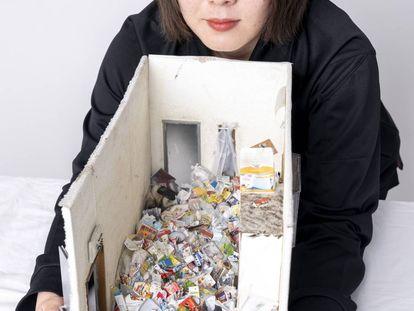 Retrato de Miyu Kojima e uma de suas obras que representam um cômodo típico que ela tem que limpar depois de encontrados idosos que morreram na solidão.