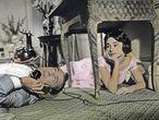 Si algo nos da el encierro, además de múltiples oportunidades para discutir con quien lo compartimos, es tiempo para pensar y valorar aquello que tuvimos en el pasado. En la imagen, Gary Cooper y Audrey Hepburn en la película 'Ariane' (1957).