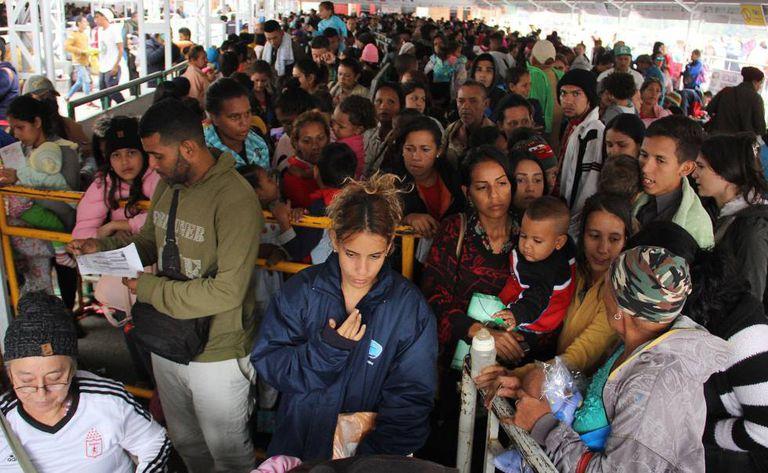 Venezuelanos aguardam para entrar no Equador no posto fronteiriço de Rumichaca.