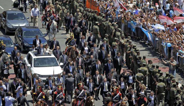 Mauricio Macri numa van aberta.