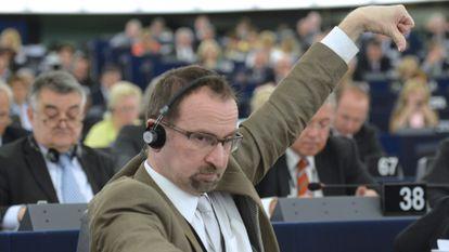 József Szájer vota no Parlamento Europeu em 2013.