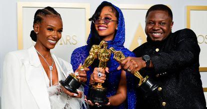 Tiara Thomas, H.E.R. e Dernst Emile II, ganhadores do Oscar de melhor canção original por 'Fight for you', do filme 'Judas e o messias negro'