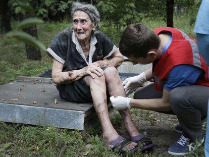 Uma mulher recebe cuidado médico em Donetsk, no leste de Ucrânia.