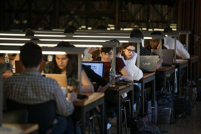 Estudantes da Universidade de Barcelona estudam na biblioteca do edifício histórico da instituição.