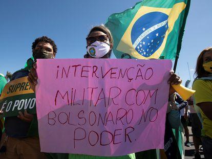 Militantes da extrema direita defendem presença de militares no Governo federal durante ato em Brasília, em junho de 2020.