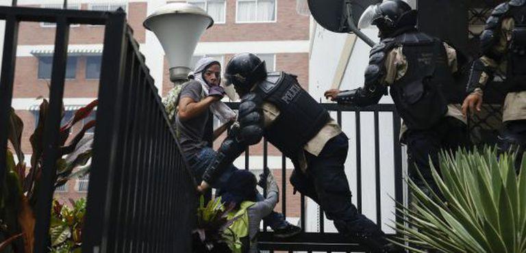 Agentes da polícia nacional prendem manifestantes durante a ofensiva contra os estudantes na quinta-feira.
